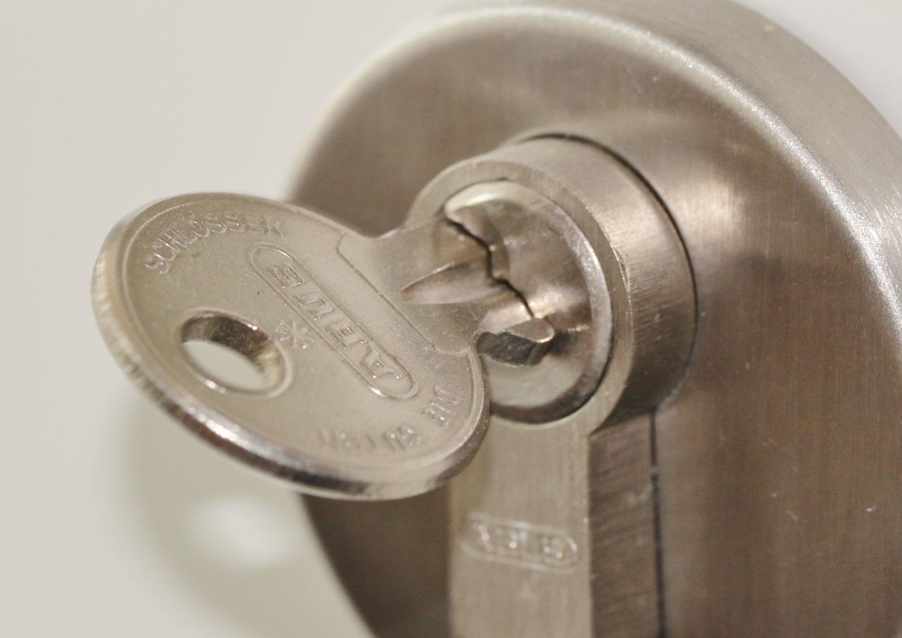 Comment sécuriser une porte de service ?