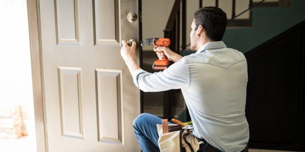 Comment trouver un bon menuisier pour installer une porte d'entrée ?